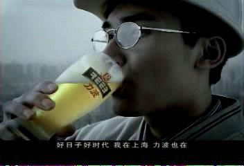 上海理发店男士烫染师的穿衣打扮